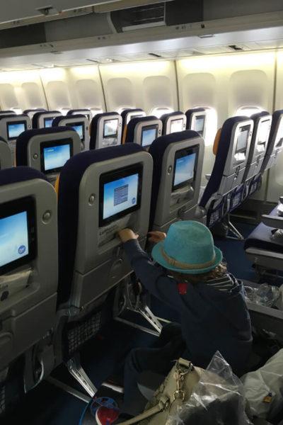 lapsen kanssa lentokoneessa