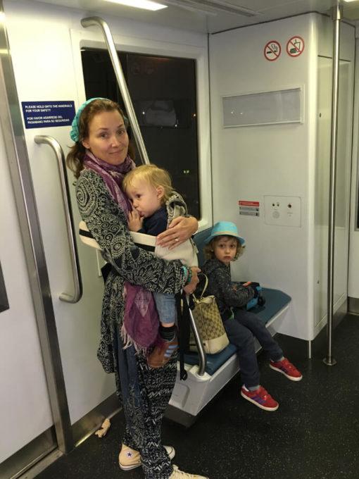 lentokentalla lasten kanssa