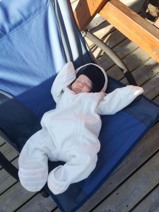 vauva nukkuu pyhatynturilla